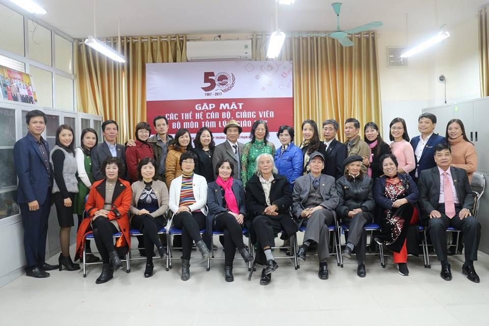 Các thế hệ giáo chức chụp ảnh cùng toàn thể đơn vị nhân dịp kỷ niệm 50 năm thành lập Trường (12/2017)